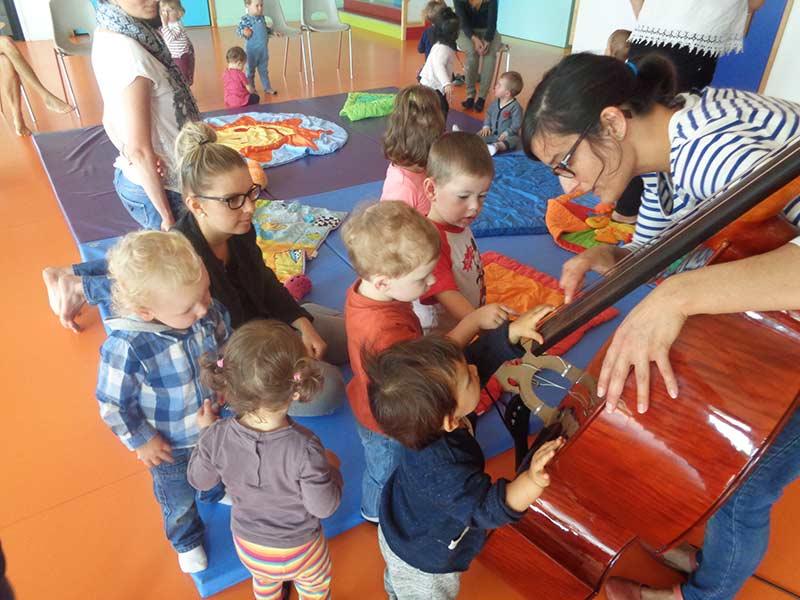 Les enfants essaient les instruments