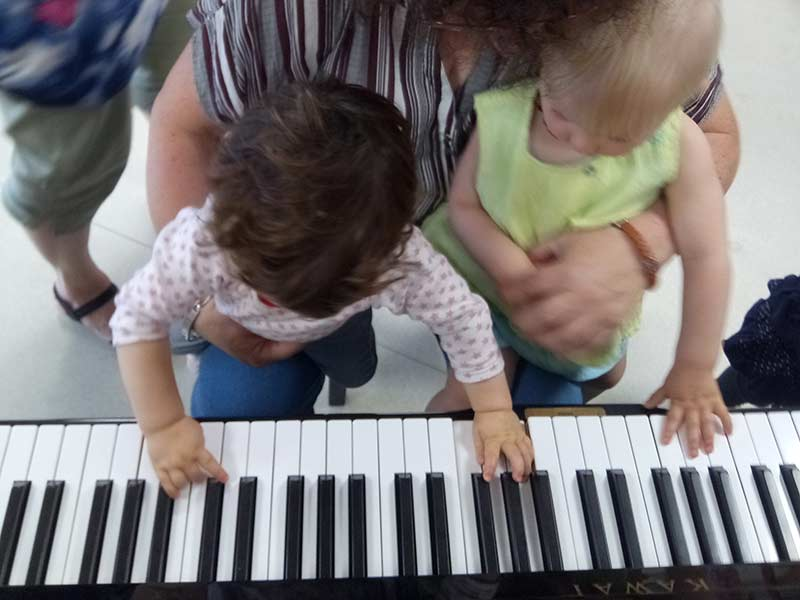 Les enfants découvrent le piano