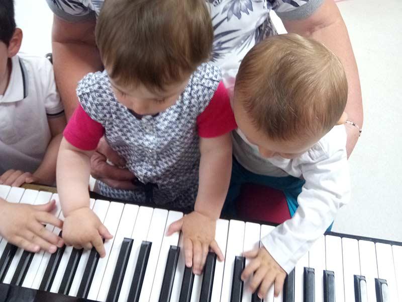 Les enfants découvre le piano