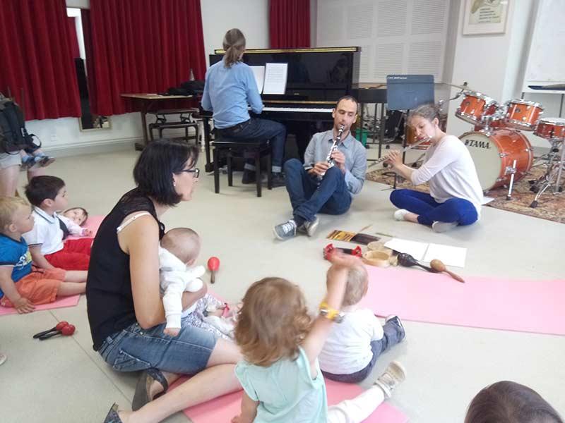 Les musiciens les enfants et les assistantes maternelles