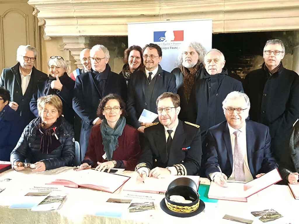 Signature du CTE en présence des partenaires. Crédit photo : Bien Public
