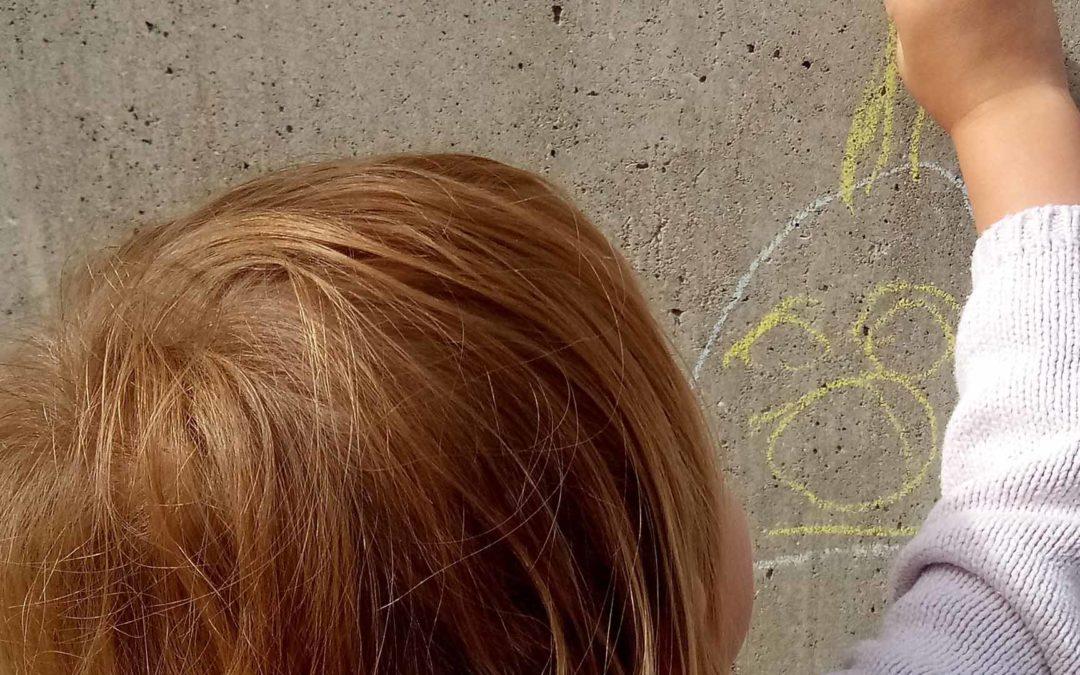 Enfant qui dessine au Relais petite enfance