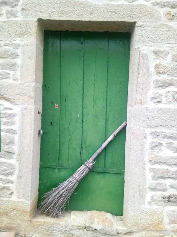Porte avec un balai de sorcière à Bllenot sous Pouilly