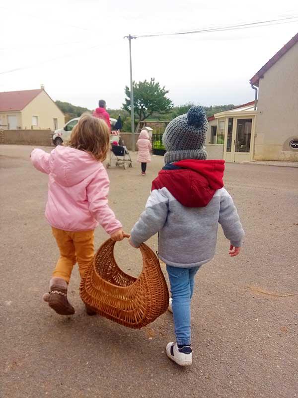 Deux petits enfants tiennent un panier