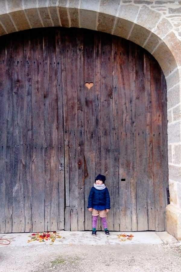 Un porte de grange avec un coeur à Beuray-Bauguay